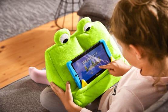 Kind mit Tablet und Monsterstütze