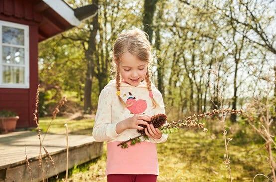 Mädchen erforscht den Wald