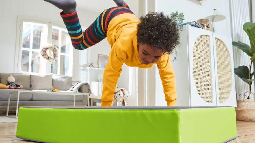 JAKO-O Hüpfpolster: Bewegungsspielzeug für drinnen und draußen