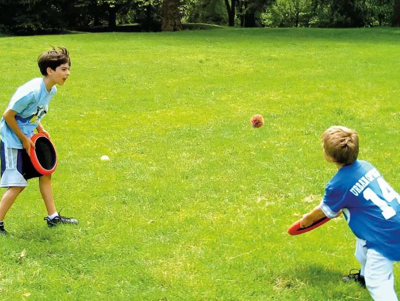 Kinder spielen draußen ein Fangspiel