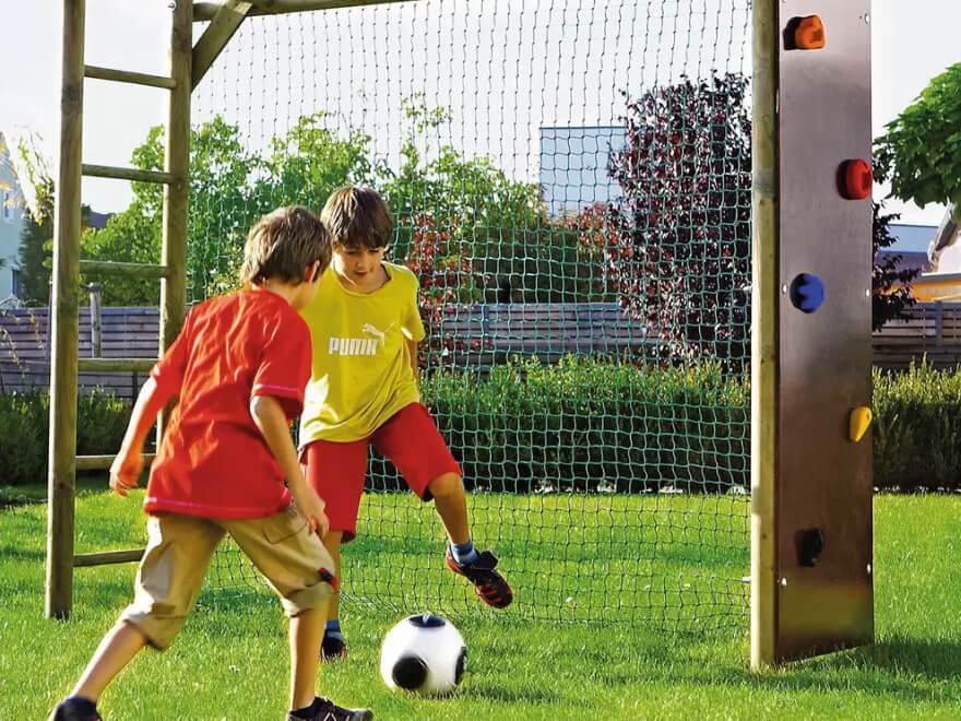 Kinder spielen draußen Fußball