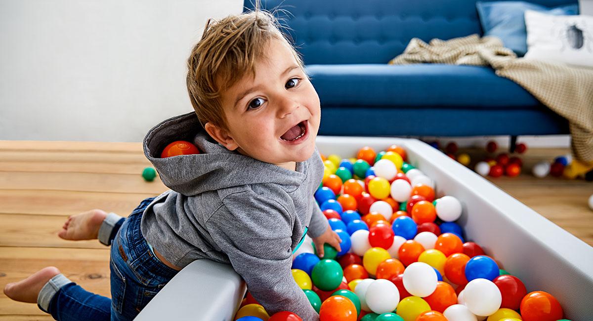 Spiele drinnen: Kind im Bällebad