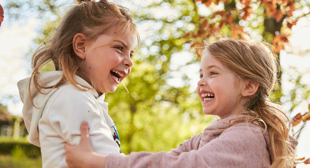 Spiele im Wald: Lachende Kinder