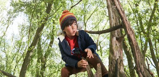 Junge läuft einen Waldparcour