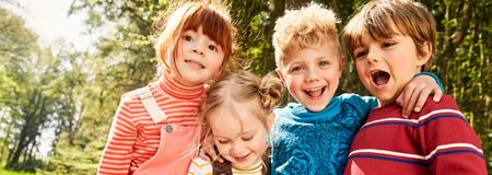 Kinder haben Spaß im Wald
