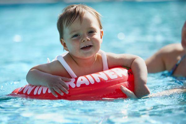 Schwimmen lernen: Baby mit Schwimmtrainer