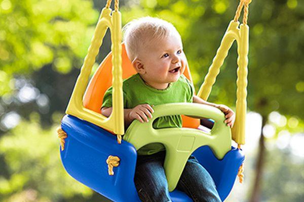 Sport mit Kindern: Baby auf Schaukel