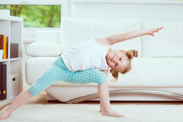 Sport mit Kindern: Mädchen macht Sportübungen