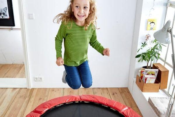 Sport mit Kindern: Mädchen springt auf Trampolin