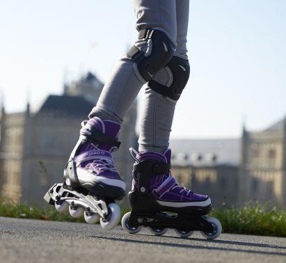 Sportübungen für Kinder: Inliner fahren