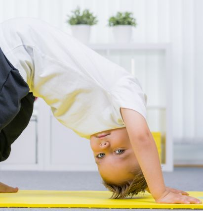 Sportübungen für Kinder: Junge macht Sport auf einer Matte