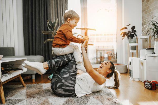 Sportübungen für Kinder: Mutter und Sohn beim Sport