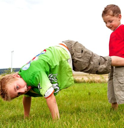 Sportübungen für Kinder: Kinder spielen Schubkarre