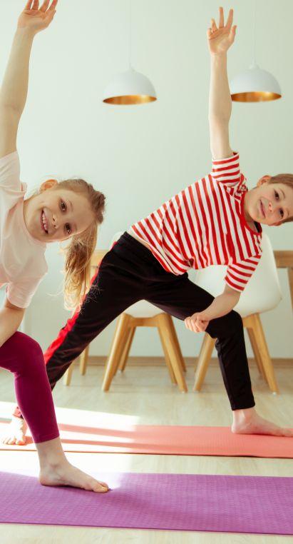 Sportübungen für Kinder: Zwillinge machen Yoga