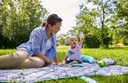 Babys im Sommer anziehen: Mutter mit Baby auf einer Krabbeldecke