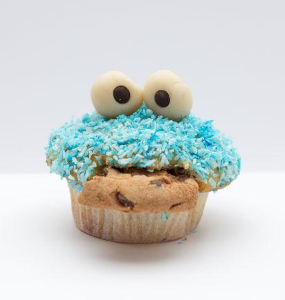 Backen für den Kindergeburtstag: Lustige Krümelmonster-Muffins