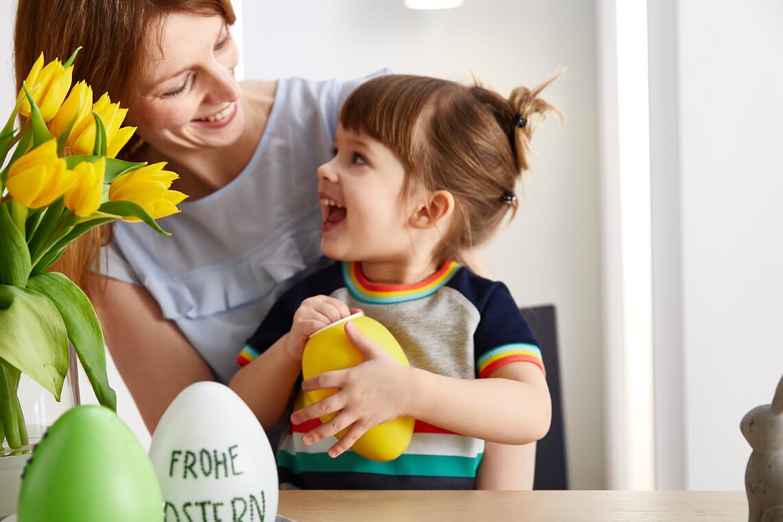 Backen mit Kindern: Kind mit Osterei
