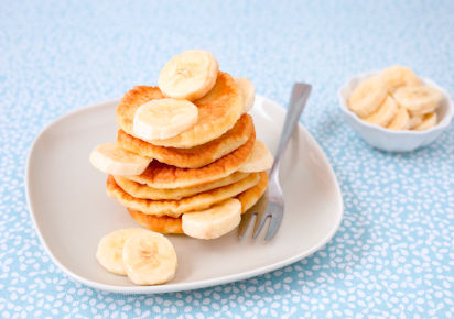 Backen mit Kindern: Bananen-Pancakes auf einem Teller