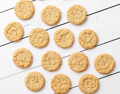 Backen mit Kindern: Zuckerfreie Kekse auf einem Tisch