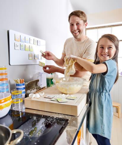 Backen mit Kindern: Vater backt mit seiner Tochter
