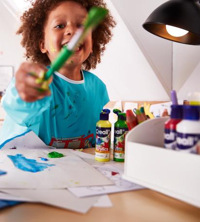 Bastelideen für den Sommer: Kind kleckst mit Farben rum