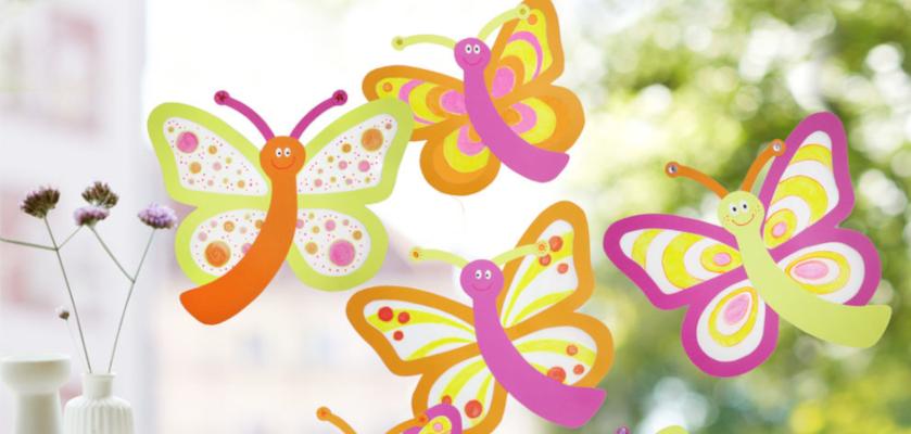 Bastelideen für den Sommer: Gebastelte Schmetterlinge am Fenster