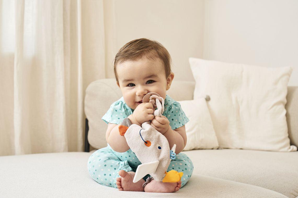 Babys im Frühling richtig anziehen: Baby im Strampler