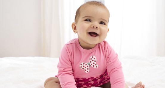 Babys im Frühling richtig anziehen: Mädchen mit rosa Body