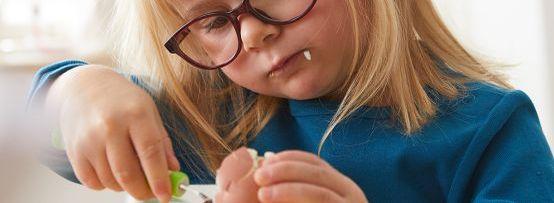 Ostern mit Kindern: Mädchen isst hartgekochtes Ei