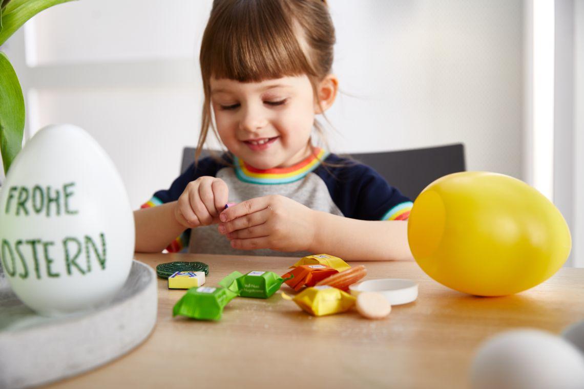 Ostern mit Kindern: Kind nascht Ostereier
