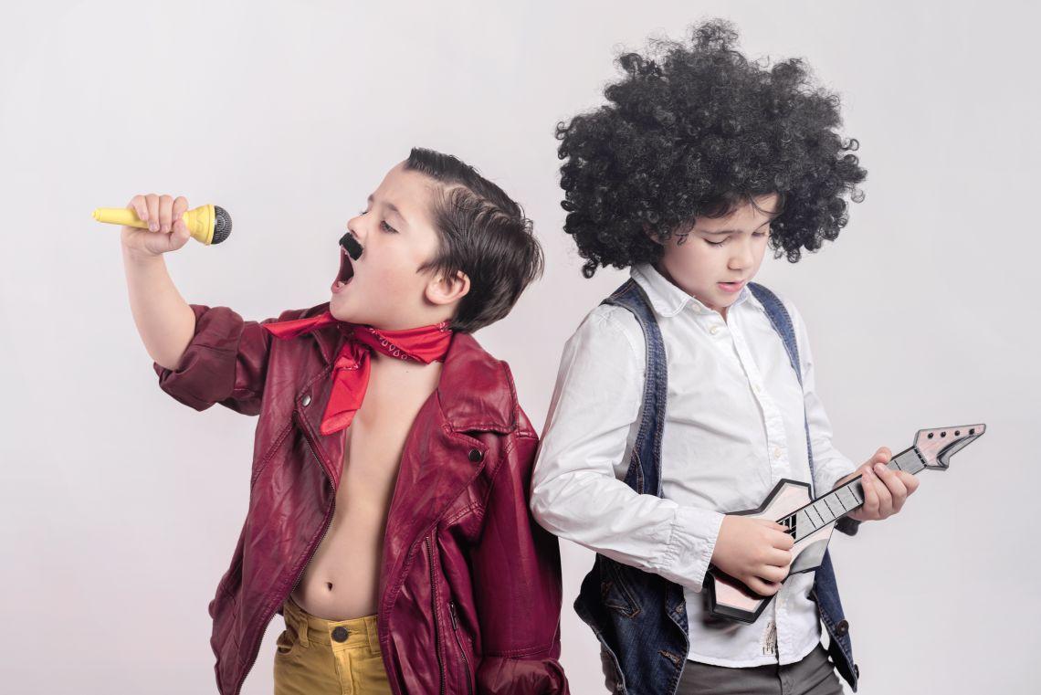 Kinder singen Karaoke an Kinderfasching