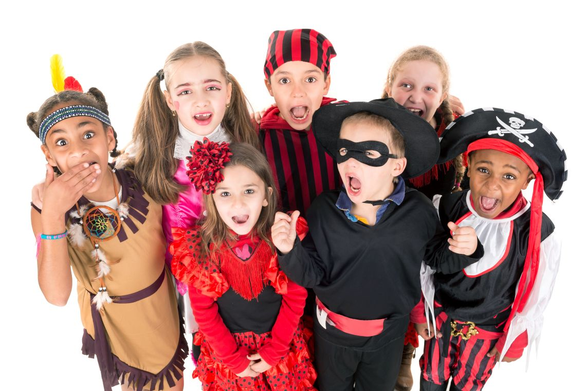 Kinderfasching: Kinder in bunten Kostümen
