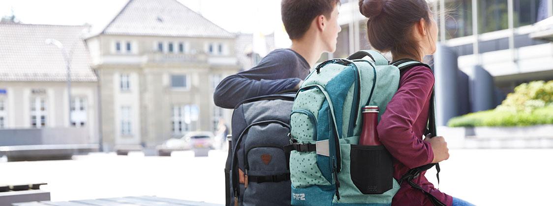 Teenager mit Schulrucksäcken für die weiterführende Schule
