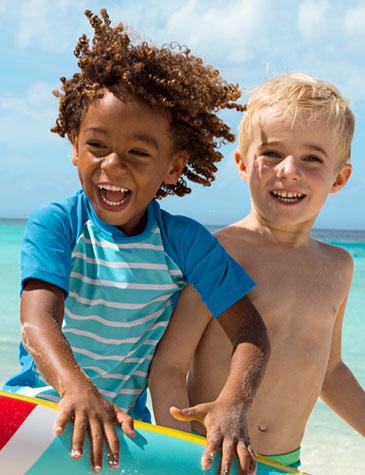 Jungen am Strand