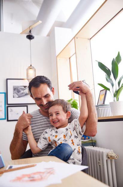 Basteln mit Kleinkindern: Vater mit Sohn am Küchentisch