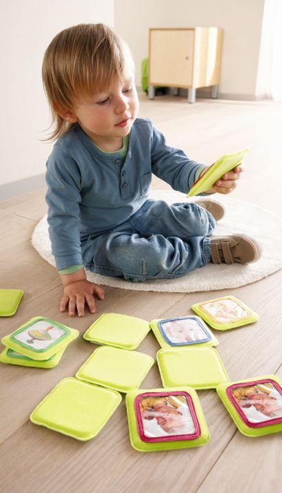 Familienspiel-Ideen: Kind spielt Memo-Spiel