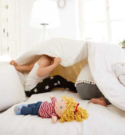 Familienspiel-Ideen: Kinder spielen unter einer Decke