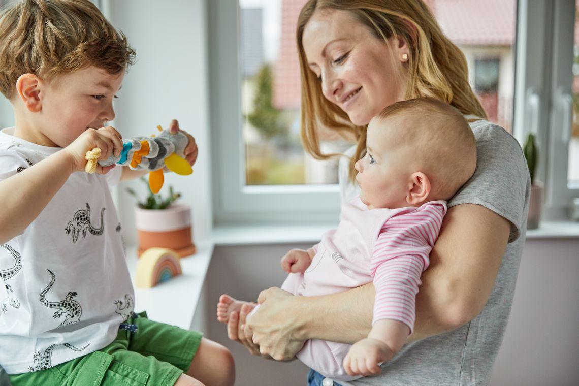 Familienzusammenhalt: Mutter erledigt den Haushalt mit Kindern