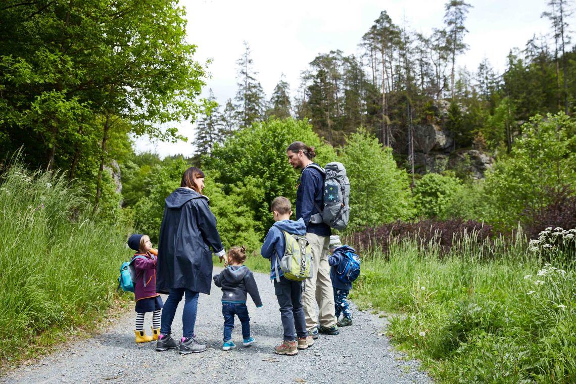 Familienzusammenhalt: Familie macht einen Ausflug