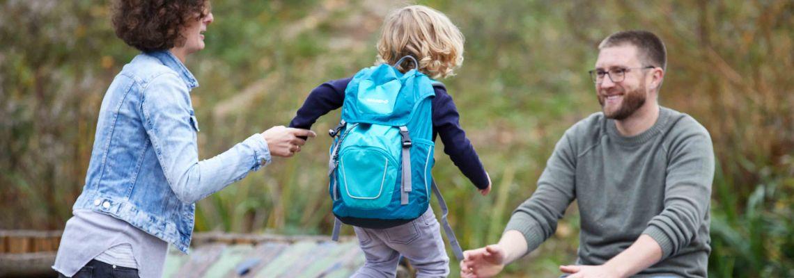 Familienzusammenhalt: Familie macht gemeinsam einen Ausflug