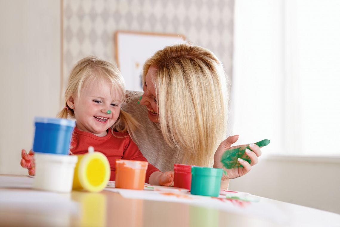 Familienzusammenhalt: Mutter bastelt mit Kind
