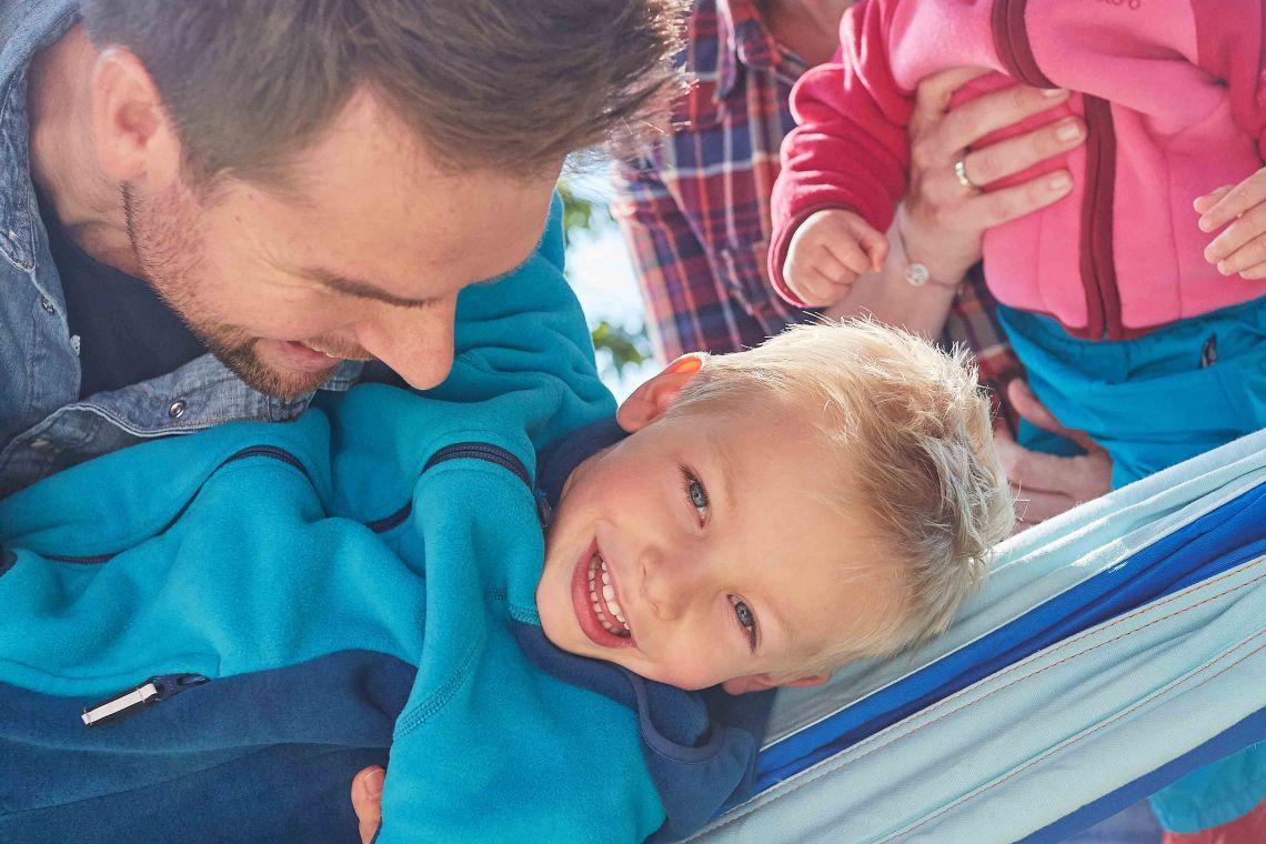 Familienzusammenhalt: Vater umarmt Sohn