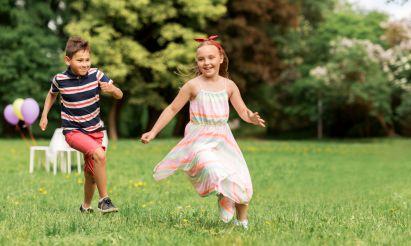 Kinder spielen Gartenspiele auf Kindergeburtstag
