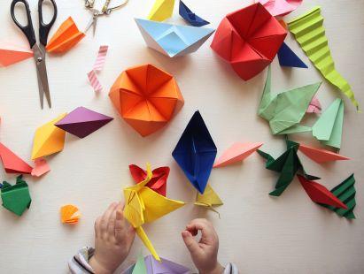 Basteln mit Kindern: Kind macht Origami