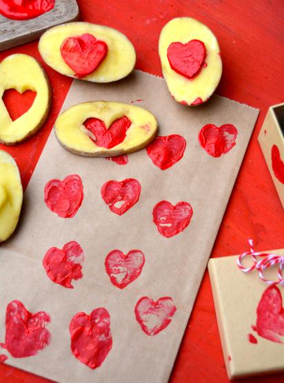 Muttertagsgeschenke basteln: Rote Herzen und Kartoffelstempel