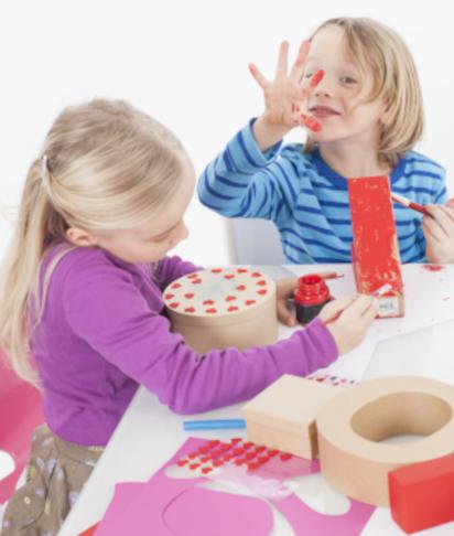 Muttertagsgeschenke basteln: Geschwister verzieren gemeinsam Erinnerungsbox