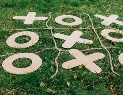 Spiele selber machen: Tic Tac Toe im Gras