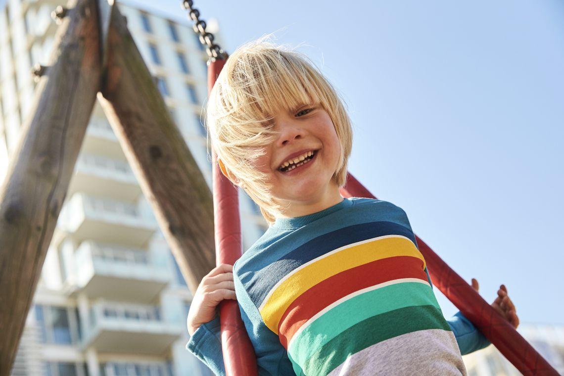 Spielen mit Kindern: Junge spielt auf Spielplatz
