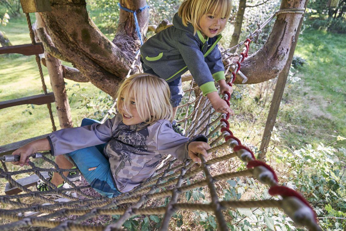 Spielen mit Kindern: Jungen spielen im Garten