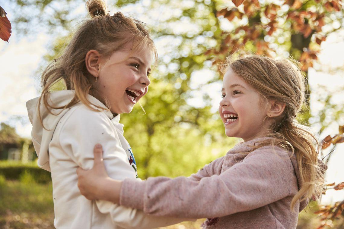 Spielen mit Kindern: Mädchen spielen im Wald